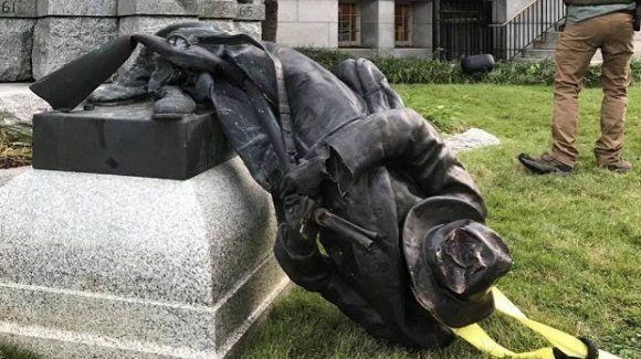 Después de Charlottesville, manifestantes derriban estatua de soldado confederal — EEUU
